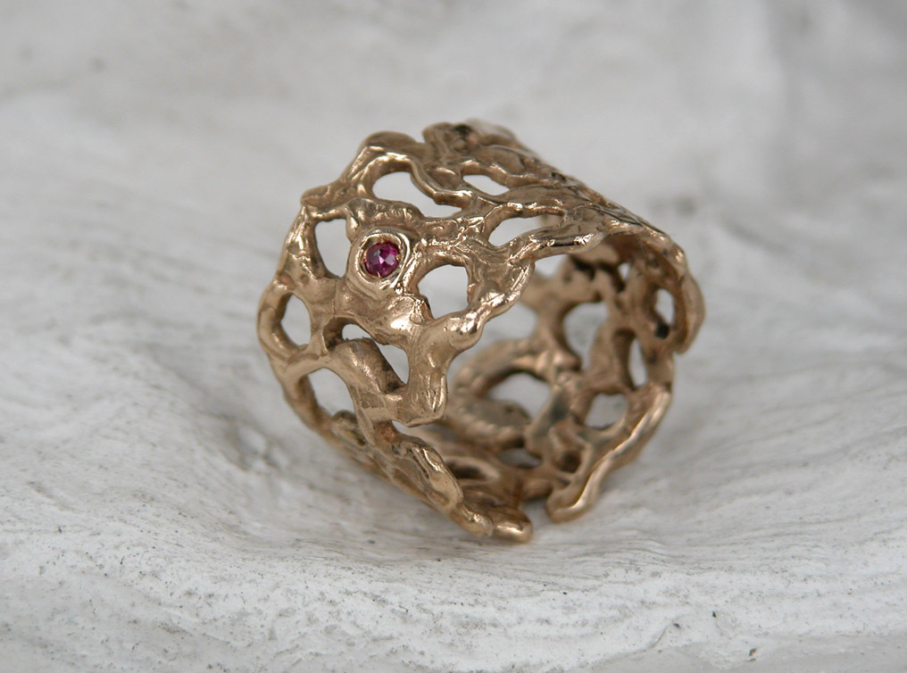 FE12.1-segno-bronzo-anello-traforato-2p-rubino